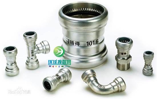 2、扩环式连接---------采用径向收缩外力(液压钳)将管件卡紧在管子上,并通过宽带胶密封圈的止水,达到连接效果, 可拆卸,管子安装增加管端滚压凸环的工序;铸造的管件成本较高,接口强度比卡压式好。   3、焊接式连接---------采用热熔工艺,将两连接件熔接,达到连接的效果。 连接强度高,现场焊接口的焊缝气体保护难以达标,造成焊缝易生锈,直接降低管道的使用寿命; 安装质量对焊接工人技术依赖性强,质量难稳定   4、新型连接方式----------典型的有插合自锁卡簧式连接,是目前最简便的施工