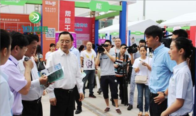四川省政协主席高烽与公司领导交谈